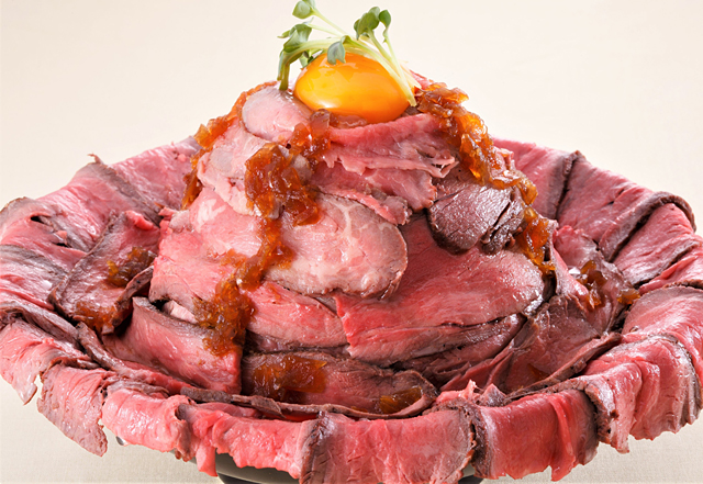 「1ポンドメガローストビーフ丼」2,380円(税込)。お皿が見えない450グラムの大ボリューム!  大食いに自信のない人は、大食いさんを連れてチャレンジどうぞ!